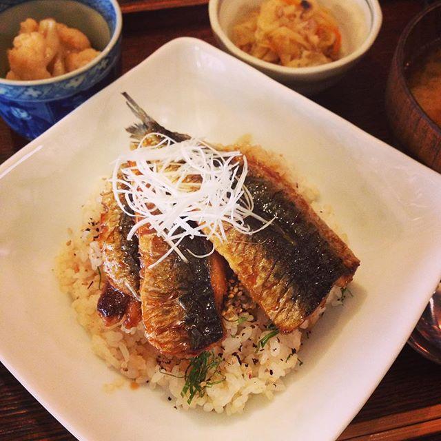 本日ランチ日替わりのイワシのかば焼き丼、個人的に(香味焼きと並んで)ランチナンバーワン定食です!今日は付け合わせにカリフラワーのあちゃら漬け付き。ご飯とかば焼きの間に、ゆかりと千切りの大葉をちらしてあるのが美味しさのヒミツです…!さて、本日から新米がお目見えしてますよ♪(ぬ)