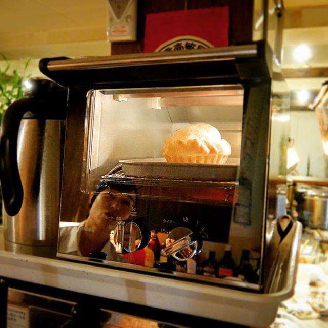 さて、この冬の小さな秘密兵器はアップルパイのために用意したトースター!食パンか2枚焼けるサイズではありながら、横並びではなくて縦並び!間口は狭くて奥行きが長い、うちにはぴったりサイズのトースターは鏡面仕上げで沼田さんが映っておりますな!(笑)(お)