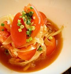 トマトとたまねぎ、蒸し鶏のサラダ