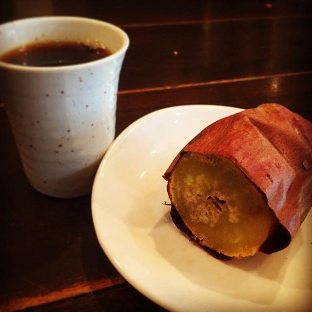 さてと久しぶりにまほろばブレイクもアップしますねと、今日のお茶漬けはシンプルに焼き芋!いや、これがコーヒーによく合うんだよとまほろばさん。ワタクシ的にはこの冬初焼き芋でごちそうさまです!(お)