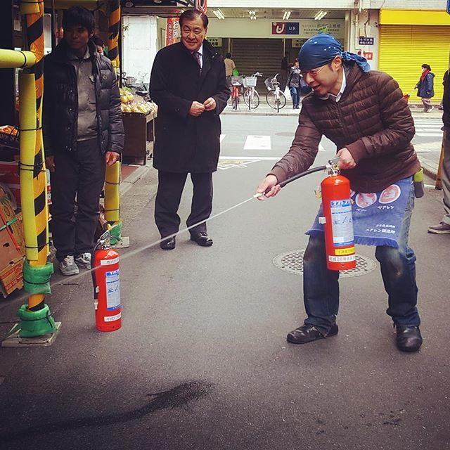今日の午後はヒロヤショップ&おもちゃのふぢやさんは我らが三京ユニオンビルとお隣フルーツの一富士さんのビルの合同消防訓練!と、ワタクシも「火事だー!」なんて言いながら(火事じゃないけど)、水の入った消火器の実習をさせていただきました!ありましたございました!(お)