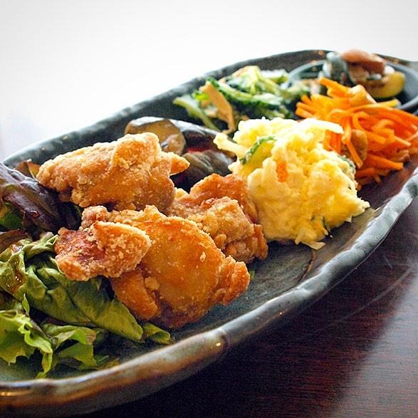 さて!今週からスタートは平日(火・水・木)限定!夜の「トリカラちょこもり」!当店自慢は人気の鶏のから揚げにちょこちょこお惣菜の盛り合わせは晩酌にヨシ!夕食にヨシ!ぜひぜひ〜!(タルタルソース付きもありますよ!)(お)