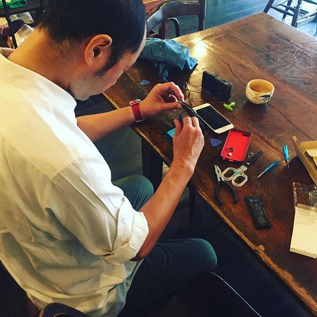 朝のトイレ修理に続いて、okayanがiPhoneを修理しております。なんでも壊れたら買い替えたり、修理に出したりするのは簡単だけどお金もかかります。でも、仕組みをよく観察して、理解して、手間を惜しまずやれば、意外と修理できるものは多いものです。okayanには、リトスタのパズー(@ラピュタ)の称号を与えています。(麻)