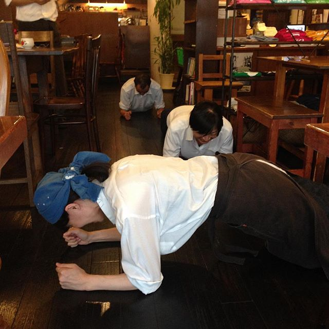 okayanから始まり最近リトスタで流行ってる体幹トレーニングを。奥の2人の見事なフォームに対して、、、沼田さん、間違ってます〜笑。
