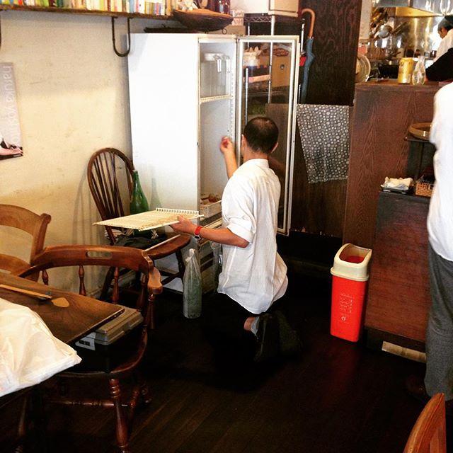 okayanが日本酒冷蔵庫の中を工作中。棚をつけて整理整頓。リトスタのキッチンはokayanの工作で使い勝手が良くなってます。(うめ)