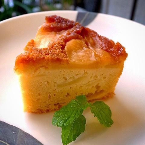 さてっ!今日から季節のデザートは新登場の「りんごのケーキ」!しっとり煮たりんごを生地に焼き込んだら、ほんのりシナモンがアクセント!10月はかぼちゃのデザートまで短めの登場だと思いますので、みなさんお見逃しなく!(お)