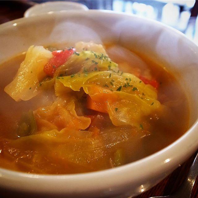 今週末のあるだけランチは「鶏手羽元と野菜のスパイススープ定食」でしたが、いや、たくさんのお客さんにご注文いただきましてありがとうございました…いや、これから寒くなる季節、スパイススープに限らずあったか汁ものもお出しすると思いますので、ご期待くださいね〜!(無類の汁好きワタクシも超期待してます、ハイ…笑)(お)