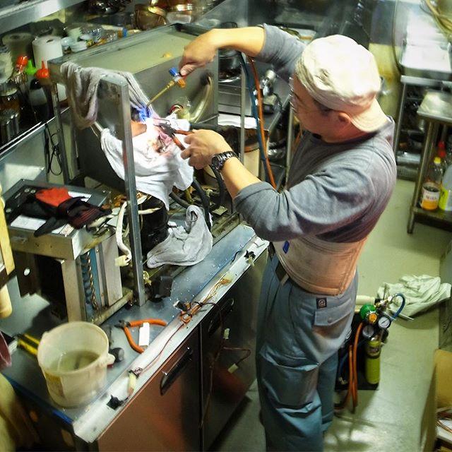 ところで昨日月曜休日出勤のワタクシ…しばらく前から冷えなくなってたコールドテーブル(冷蔵庫)の修理は思った以上に大掛かり!ま、でも主要部品はさっくり入れ替えでまた新品同様の働き!まだまだがんばってもらいます!(笑)(お)