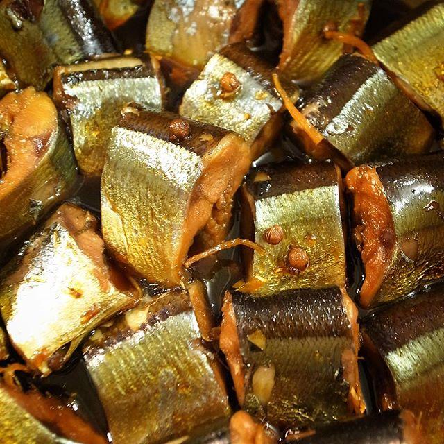 と、午後にナベさんか下ごしらえしてくれたさんまはすっかり花山椒煮になりました!と、さんまの旨味は甘辛〜くやさしく煮付けて、もちろん花山椒がアクセント!あつあつ新米白飯に!季節の日本酒はひやおろしのアテにもうってつけ!(お)