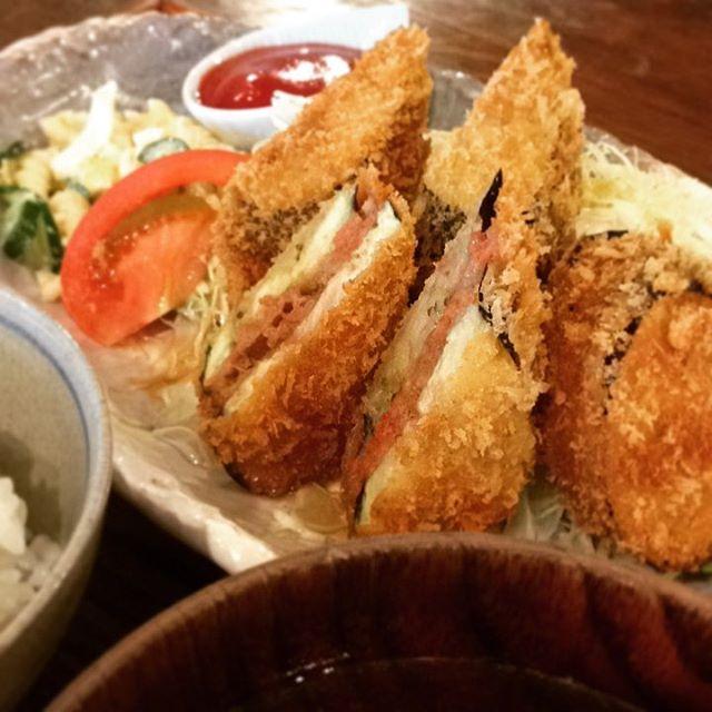 「なすのひき肉サンドフライ」定食です。カラッとあがって、なすの食感がしっかり良い感じでした。トミーさんの揚げ物美味しいです(うめ)