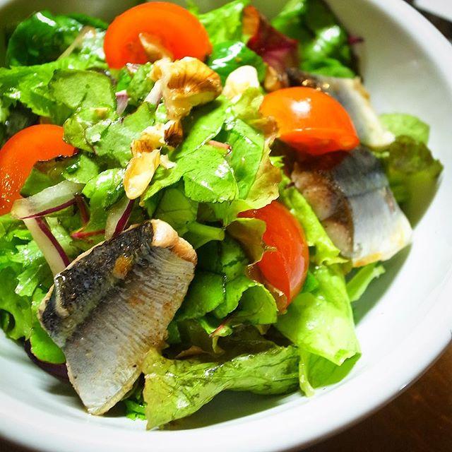 さてと今年のさんまの新メニューはサラダ!「さんまのコンフィと香味野菜のサラダ」!ハーブやにんにく、黒胡椒の入ったオリーブオイルは低温でゆっくりコトコトにたさんまの旨味!ざくざく香味野菜とあわせたら、さっぱり自家製にんにくレモンドレッシングでどうぞ!(お)