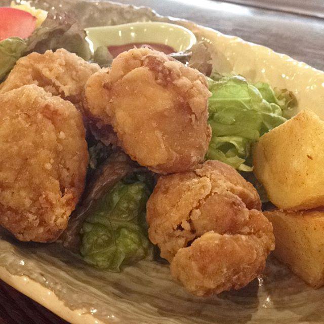 今日のまかないは「鶏のから揚げ ポテトフライ定食」です。昨日から楽しみにしていたから揚げです。今から熱々揚げたていただきます(^。^)(い)