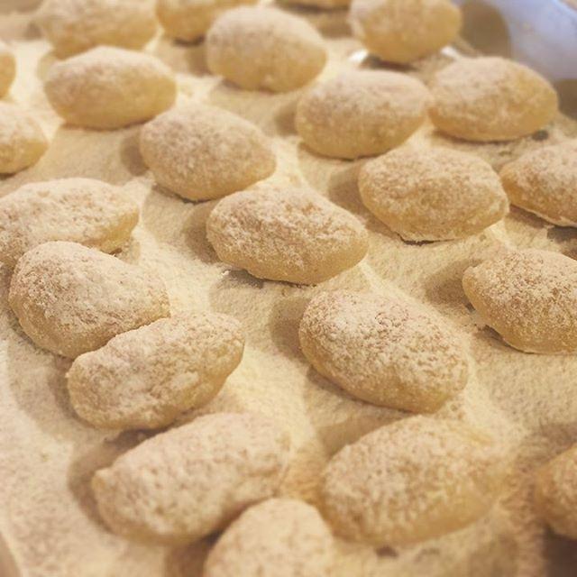 本日から、じゃがたらコロッケがメニューインしますよ!たらは鱈(タラ)で、タラコではありません!茹でた鱈をほぐして、ふかしたてのジャガイモを潰した中に混ぜ込みます。一口サイズに成形して、小麦粉を振ったところがこちら。これから溶き卵をくぐらせて、パン粉をつけて、揚げるわけです。一口サイズだからツマミにも良いし、オカズにしても食べやすい。ウスターソースを添えますが、そのまま何もつけなくても美味しいですよ!(麻)