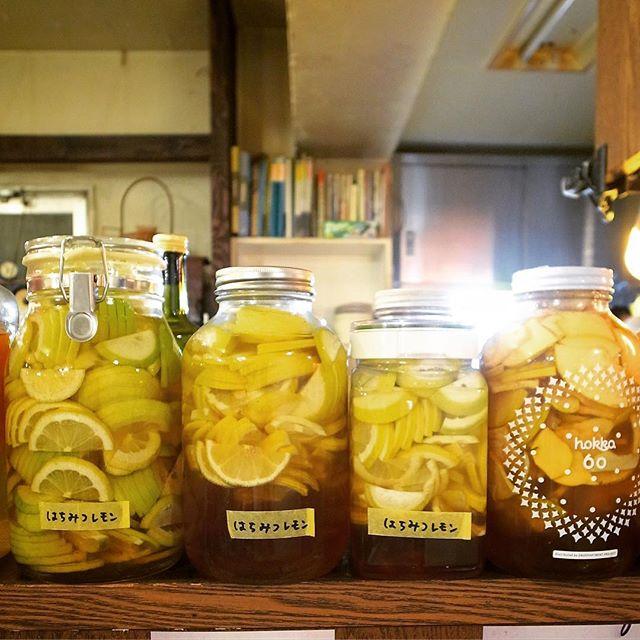 さてさて寒くなって風邪の季節も来てますねと、午後はぬまっちが新たに国産レモンで自家製の「はちみつレモン」を作り足してくれました!先日着けた「はちみつ花梨生姜」も月末年末あたり登場かな〜?楽しみですな!(お)
