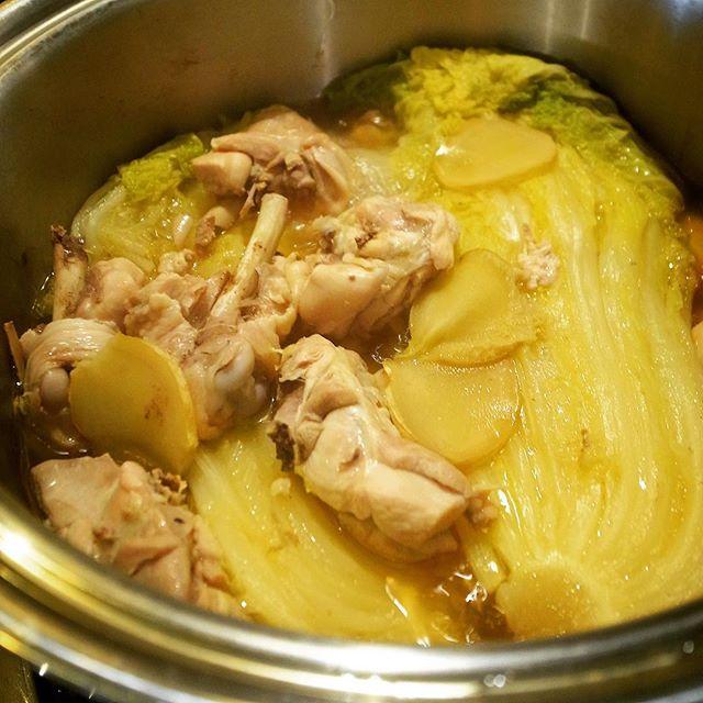 大鍋にざくざく骨つきとりにくにたっぷり白菜は旨味がしっかり染み込むまで、くったくたになるまて煮込んだ「くたくた煮」!(笑)今夜のあったかメニューはおススメですよ!ぜひぜひ!(お)