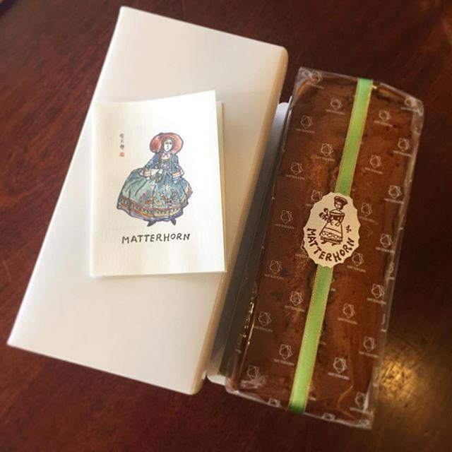 借りてた本を返しにきましたー、と現れた元スタッフ・まあこちゃんが、素敵な差し入れを持ってきてくれましたよ!マッターホーンのパウンドケーキ。バウムクーヘンがクリスマス期間中お休みだったので、パウンドケーキにしました!とのこと。かわいい〜美味しそう〜〜!ありがとうね!共に年末までがんばろう!(麻)