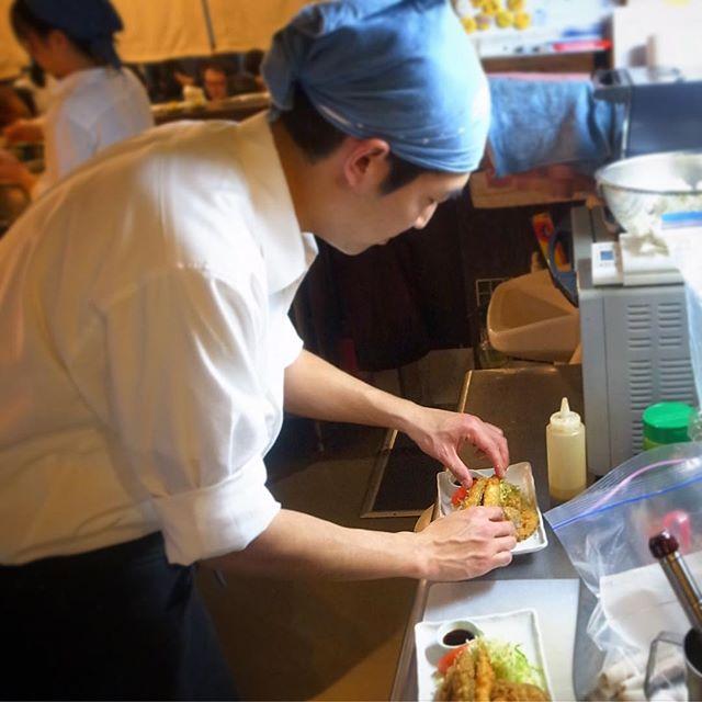 ナベさんが「わかさぎとれんこんのフライ」を盛り付け中!素早く盛る!あつあつを出す!(お)
