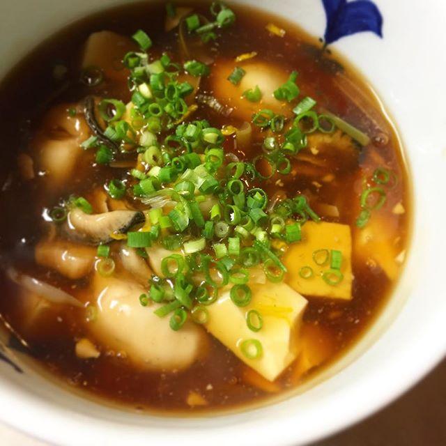 ひさびさ!ひさびさ!開店当初から冬は定番のようにお出ししていた、牡蠣と豆腐のあんかけ煮!去年はなんだか他の牡蠣メニューに押されて登場しなかったのでした!今年はやります、寒さ吹き飛ぶあったかメニューの代表格ですから!牡蠣の旨味たっぷりのあんかけ、柚子の香りがアクセント。ご飯もいいけど日本酒にも良きかな、ぜひお試しあれ!(麻)