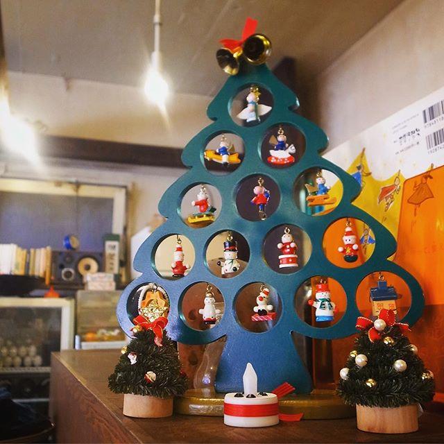 さてといよいよ今年もクリスマスの週末!…って本日天皇誕生日の祝日もお忘れなく!(笑)と、先日スタッフウメさんに組み立ててもらったうちの小さなツリー!と、本日ランチ日替わりはエビフライ!お見逃し無く!(お)