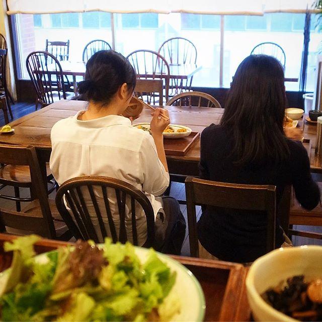 わーい!賄いの時間です!と、みんなでたべるセンター大テーブル、ワタクシは特別に生野菜追加(手前左)でいただきます(ありがとうございます)(お)