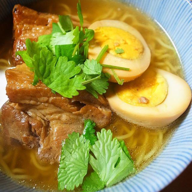キタッ!店長ミヤザキ謹製「ベトナム風角煮ラーメン」!鶏豚椎茸昆布のあわせ出汁に塩と醤油とナンプラーで味を整えたすっきり旨味満点スープにざっくり茹でた細ちぢれ麺をあわせたら、もちろんドカンとベトナム風角煮と煮玉子コンビ!パクチーを散らして出来上がりっ!あー!スープの一滴まで余すとこなくどうぞ〜〜!(笑)(お)