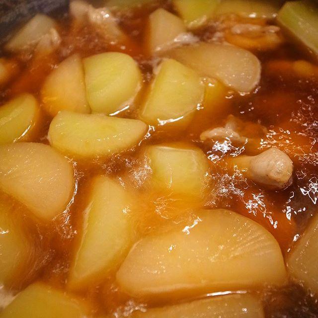 献立に困ったら手羽元を煮ろ…ってのが店長ミヤザキの教えのひとつなんですけど(笑)、今夜の当店あったか煮物はその鶏手羽元と大根をさっくり甘辛く煮付けたこっくり煮!あー、大根しみしみだぁー!おひとつ味見をしたいです!(笑)(お)