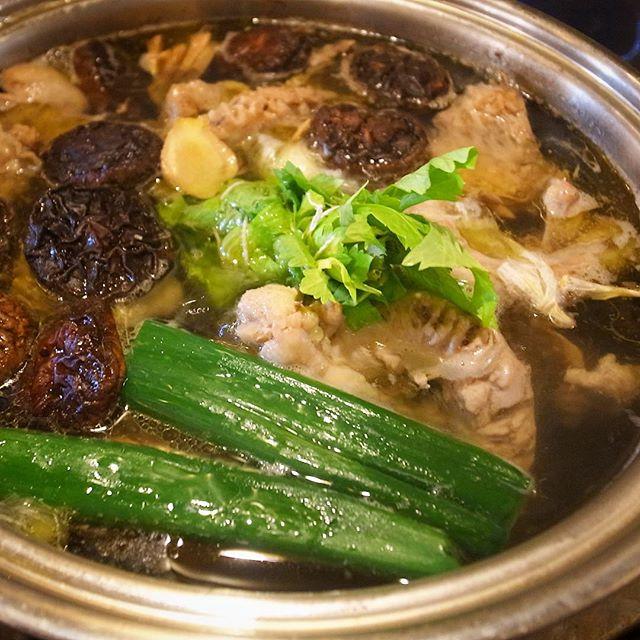 別の大鍋では豚に鶏ガラ、椎茸、昆布に香味野菜でじっくり旨味のスープですな!(お)