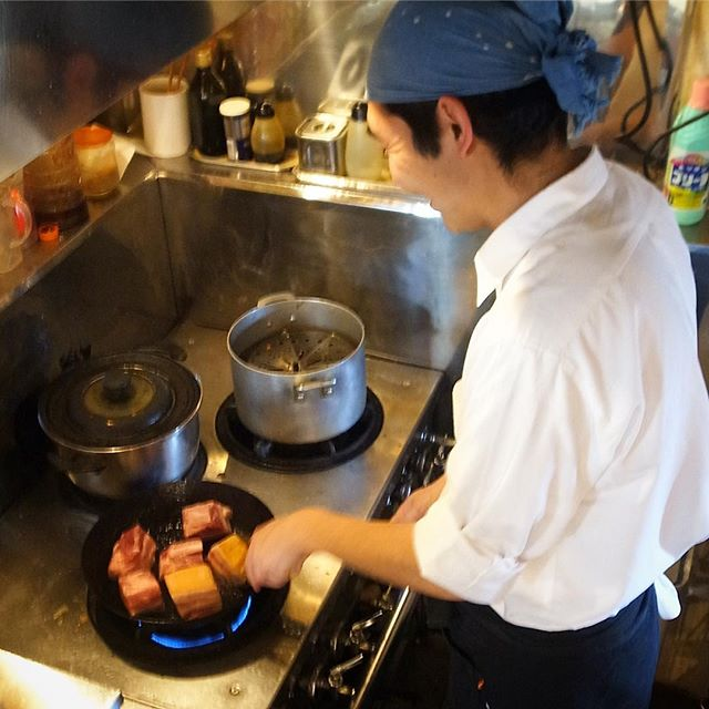 さてと昨日の午後はキッチンスタッフのナベさん、なにやら肉のカタマリをじゅうじゅう楽しげに焼いておりましたね(笑)(お)