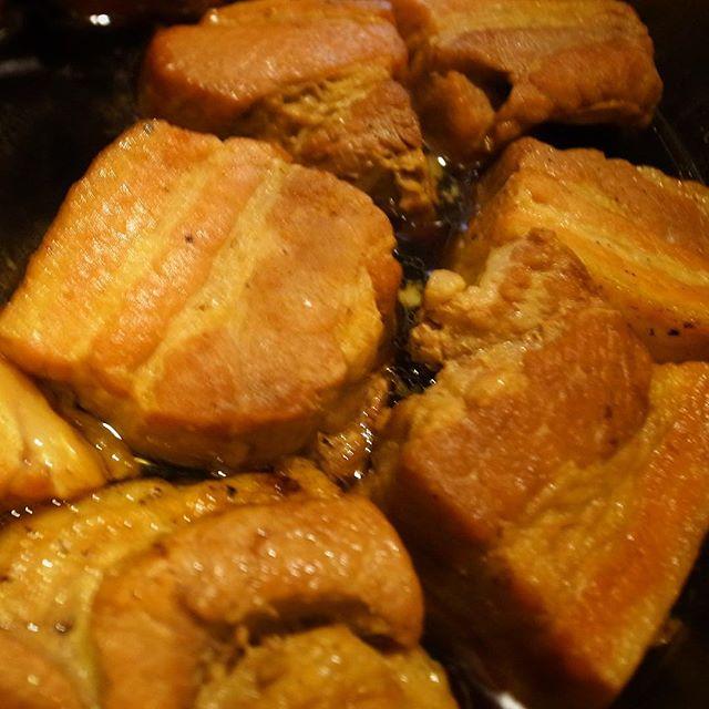 と、昨日ナベさんがじゅうっと焼いてた肉のカタマリ、今日には角煮になりましたよ!(お)
