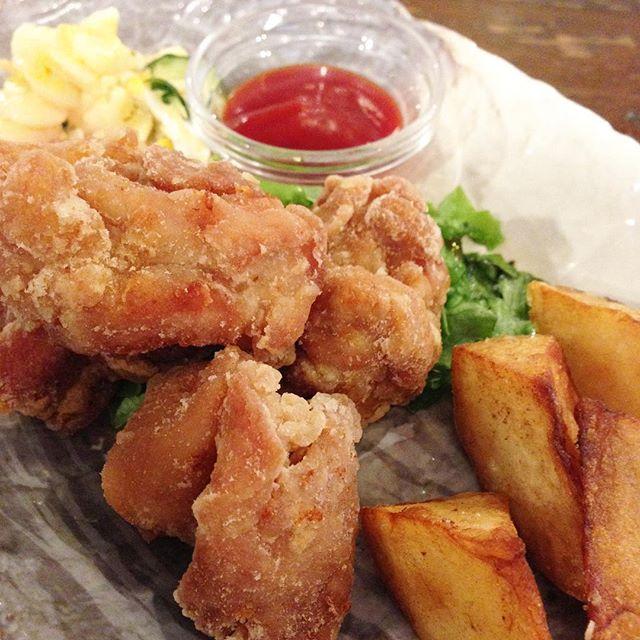 今日のまかないは「鶏のからあげとポテトフライ定食」です。安定の美味しさです。今日は忙しく私1人で慌てていたような気がします。落ち着け!と自分に言い聞かせました。(い)