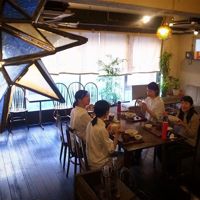 あー、東京三鷹は今日もいいお天気ですよと、当店今夜は貸切のご宴会!ということで店内は立食の配置、ちょっとイレギュラーな感じでみんなでお昼の賄いいただきまーす(お)