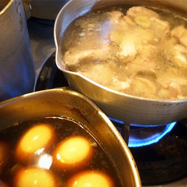 昨夜思いがけず大忙しで完売御礼でした「ベトナム風角煮ラーメン」…角煮はすぐには作れないからと、店長ミヤザキ、豚スペアリブで今夜もラーメン!もちろん味玉も!ぜひ!(お)