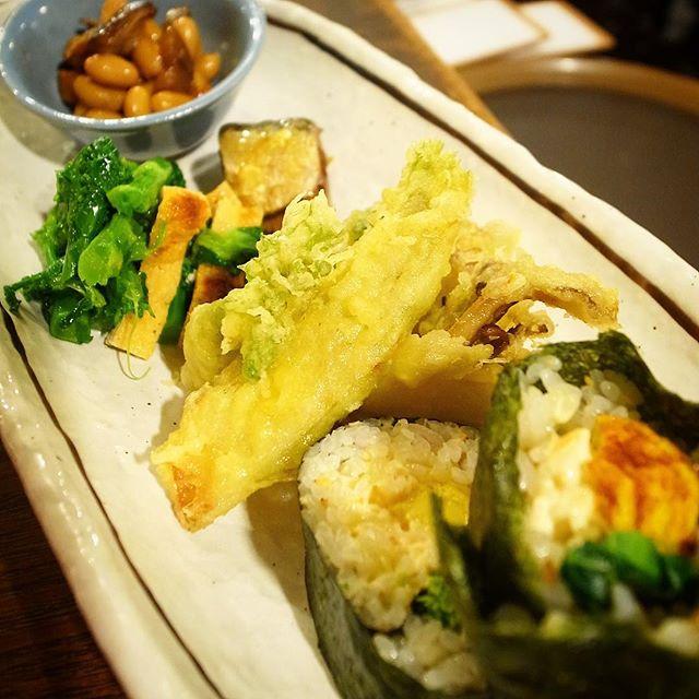 節分ですよ!と今夜初登場は「恵方巻ちょこもり」!当店オリジナル春の恵方巻(ハーフ)に節分といえば豆!の五目豆に鬼避けはいわしの山椒煮、春のおいしさは菜の花のからしあえと山菜ときのこの天ぷら!…今夜限りよ!よろしくね!(笑)(お)