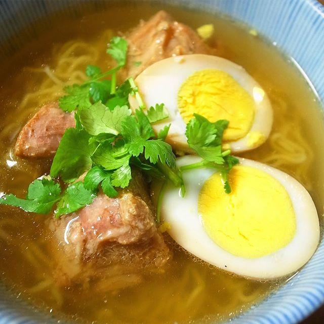 昨日完売御礼からの冬のリトスタベトナム風ラーメン、今度はスペアリブ!角煮同様甘辛〜く煮付けた骨付き豚スペアリブにもちろんおともは味玉!…ざっくり茹でたちぢれ麺あわせ出汁のスープ!今回もぜひぜひ!(お)