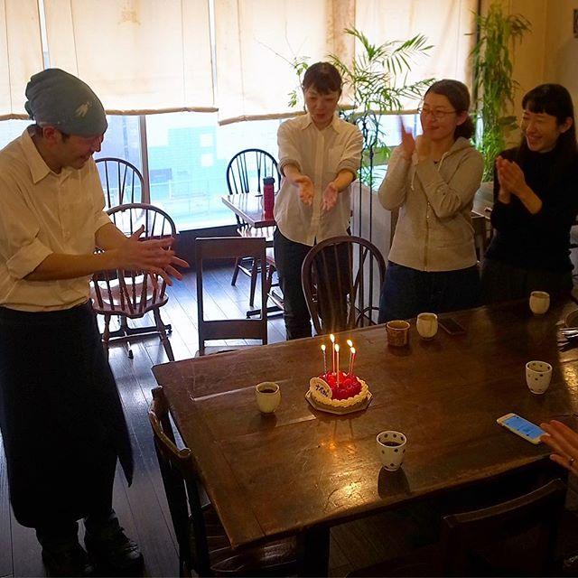 当店お昼のホームページ更新でナベさんのお誕生日を知ったささぽんがわざわざすてきなケーキを買って来てくれました!って、そんな誕生日、大人になってからは特にほとんどないよなぁと、うらやましいねー、ナベさん、ヨカッタねぇ(笑)(お)