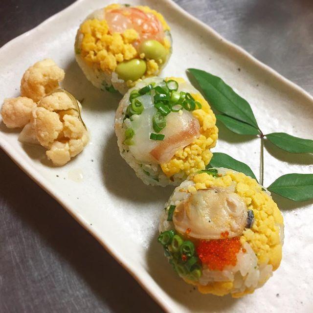 桃の節句!三色手まり寿司です。本日より日曜日まで限定でお出しします。海老とひたし豆、鯛の昆布じめ、蛤の酒蒸し、3つの縁起の良い手まり寿司をご用意しました。ベースには菜の花と生姜を混ぜ込んだ香味ずし。ぜひとも食べていただきたい春の一品です。(麻)