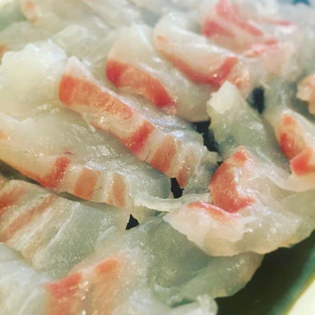 緊急告知!この週末は、春の手まり寿司!桃の節句にちなみまして、縁起の良い海老、はまぐり、鯛の3種の手まり寿司をお作りします!本日からこの週末3日間のみになります。恵方巻きの美味しさを知っているあなたには、是非食べていただきたいです!写真は鯛を昆布締めにしているところです。店長決死の覚悟で仕込み中!お客さん、来てねー!(麻)