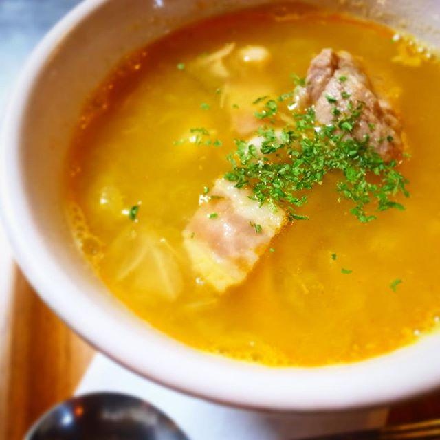 新作、スープ! ガリシア風いんげん豆とスペアリブのスープです。お一人様がほっと一息するのにちょうど良いくらいのボリュームでお出しします。3日間塩漬けにしたスペアリブを香味野菜とじっくり柔らかく煮てから一晩置いて、余計な脂を取っておきます。いんげん豆も香味野菜と一緒に煮て風味よく仕上げ、スペアリブと合わせてシンプルな豆と肉の旨味が感じられる塩味のスープにしました。パプリカでほんのり風味を足して、シンプルなのに奥行きのある味わいを目指しました。まだ春先、寒い日もございます。まずはスープで体を温めてからお酒を飲むもよし、食事と合わせてよし、食後の締めにもやさしいスープです。体に良いことした気分になれること請け合い!ぜひ、お試しあれー!(麻)