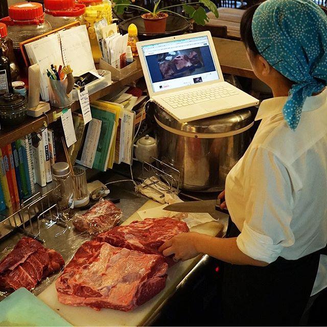 台風接近中ではございますが、店長ミヤザキは自身初の牛肩ロースは8kg、ネット動画を参考に切り分け中…って、なんでもあるなネット動画(笑…業務用冷蔵庫のメンテの仕方もあったしなぁ)(お)