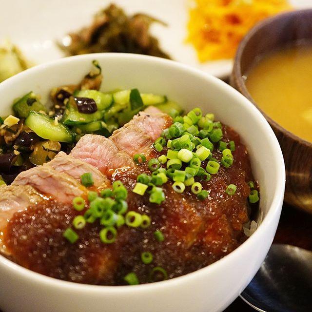 お肉ダヨ!新作御膳は予告通りの「和風ローストビーフどんぶり御膳」!しっかり牛肉の旨味はやわらか〜いローストビーフをあつあつごはんにのっけたら自家製和風たまねぎドレッシング!もちろんすてきなお惣菜三点つき!(お)