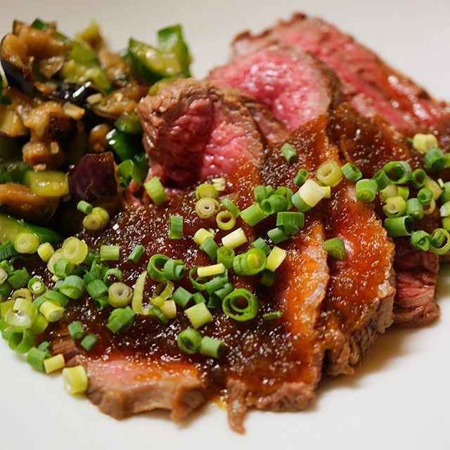 先週末は夜の単品にお昼の新御膳にと大人気でした!牛肉祭りは「和風ローストビーフ」!しっかり牛肉の旨味、さっぱり自家製たまねぎソース、さらに付け合わせの塩もみ野菜がなにげにイイ!(笑)うちらしい牛肉前菜、今週もお見逃しなく!(お)
